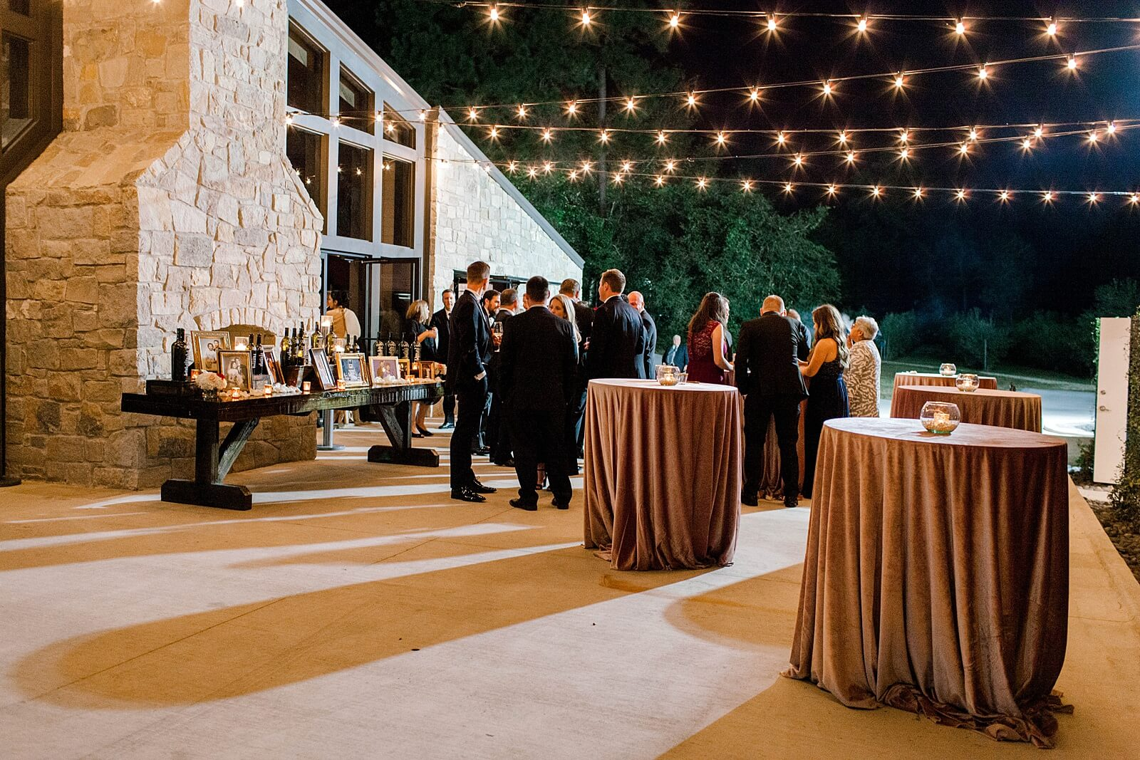 Guests enjoy evening cocktails at The Annex Houston wedding venues